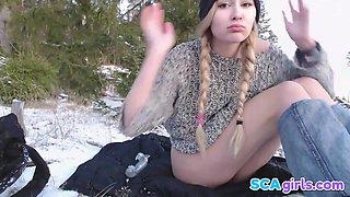 Teen Slampa spelar i snön med två sexleksaker