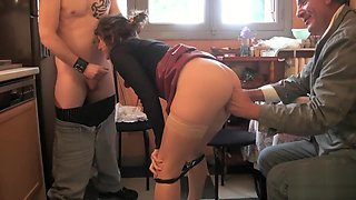 Alizée enculée à sec par deux gaillards devant son mari