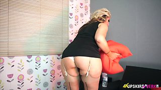 Asstastic blonde MILF Kellie O Brian exposes her great bottom