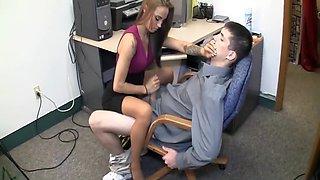 Secrétaire branle la grosse queue de son boss