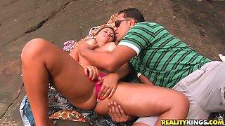 Playful slut Izadora Fantini gives head to a horny guy