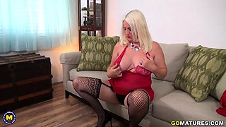 Curvy American temptress Anna Moore playing with herself