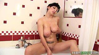 Busty Daisy Lee masturbating while taking a bath