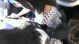 Negro si strofina il cazzo contro il culo di una ragazza in bus