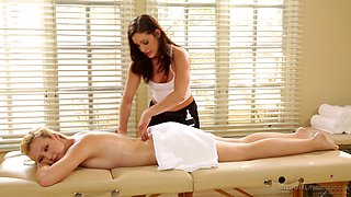 Samantha Rone gives her lesbian babe an awesome massage before sex