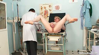 Blonde mature mommy gets her old cunt examined by doctor