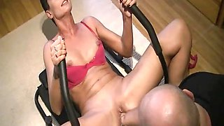 Horny wife gets fisted as she works her abs