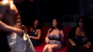 Adroable babes are engulfing stud's wang happily